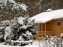 La casa in legno di inverno Immagini Stock