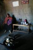 La casa masai di vista interna, ragazza nera con il bambino è all'interno Immagini Stock