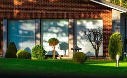 La casa moderna con calma hermosa y la comodidad cultivan un huerto Imágenes de archivo libres de regalías