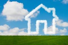 La casa nel cielo fatto delle nuvole - rappresentazione 3d Fotografia Stock