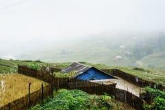 La casa nel giacimento della nebbia Fotografia Stock Libera da Diritti