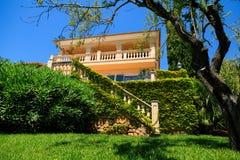 La casa nel giardino immagine stock