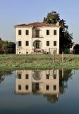 La casa reflejó en el río Brenta, Venecia, Italia Foto de archivo libre de regalías