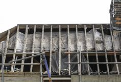 La casa residencial con las tejas de techumbre y los listones de la teja peló o Imagen de archivo libre de regalías
