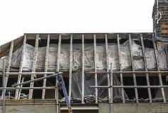La casa residenziale con le mattonelle di tetto e le assi delle mattonelle ha spogliato la o Immagine Stock Libera da Diritti