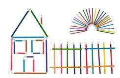 La casa, rete fissa ed il sole dalle matite di colore fotografia stock