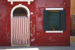 La casa roja en la isla de Burano Fotos de archivo libres de regalías