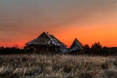 La casa rovinata ha abbandonato il villaggio sui precedenti del sol levante Fotografia Stock Libera da Diritti