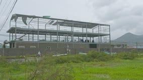 La casa salió del marco dañado por el huracán de Damrey debajo del cielo cubierto