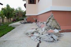 la casa se derrumbó parcialmente después de la destrucción Imágenes de archivo libres de regalías