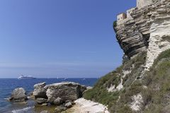 La casa se encaramó en los acantilados de la piedra caliza, Bonifacio, Córcega, Francia Fotos de archivo