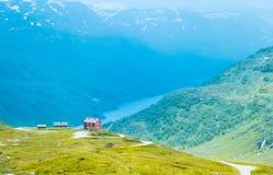 La casa sola sul lago della montagna in Norvegia Fotografia Stock Libera da Diritti