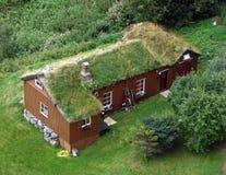 La casa sotto un tetto di turfen Fotografia Stock Libera da Diritti