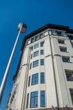 La casa su un fondo di cielo blu fotografie stock libere da diritti