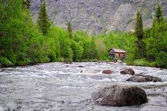 La casa sul fiume della montagna Fotografia Stock