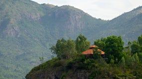 La casa sulla collina nel legno Immagini Stock
