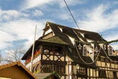 La casa tradicional de Alsatien adornada para la Navidad Foto de archivo libre de regalías