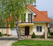 La casa, una cabaña. propiedades inmobiliarias Fotos de archivo libres de regalías