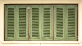 La casa verde shutters la vista tripla fotografia stock libera da diritti