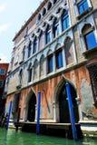 La casa vicino al canale idrico a Venezia Immagine Stock