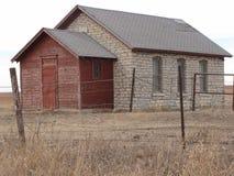 la casa vieja abandonada de la piedra caliza, de que perdió su tejado Fotos de archivo libres de regalías