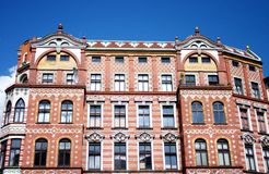 La casa vieja del ladrillo bajo el cielo azul Fotos de archivo