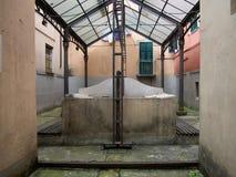 La casa vieja del lavado, lavatoio del lavadero aka, en Sarzana, Liguria, Italia Visión dentro Imagen de archivo libre de regalías