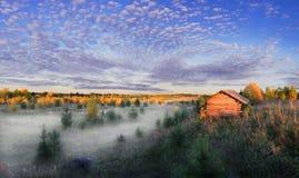 La casa vieja en la niebla Imagen de archivo libre de regalías