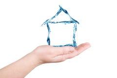 La casa y el agua en una palma. Figuras del agua Imagen de archivo libre de regalías