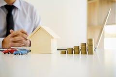 La casa y el coche residenciales del agente inmobiliario alquilan el anuncio contra Imágenes de archivo libres de regalías