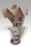 La casa y el dinero abajo drenan Imagenes de archivo