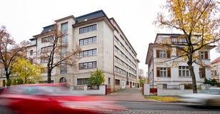 La casa y los saltos de la familia almacenan la casa en la ciudad de Zatec fotos de archivo libres de regalías