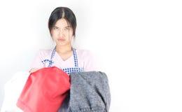 La casalinga è provata ed arrabbiata con molti vestiti Fotografie Stock Libere da Diritti