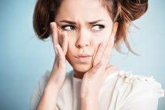 La casalinga ascolta i pettegolezzi Immagine Stock Libera da Diritti