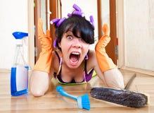 La casalinga lava un pavimento Immagini Stock Libere da Diritti
