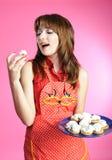 La casalinga mangia i biscotti Fotografia Stock Libera da Diritti