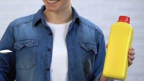 La casalinga preferisce la soda al detersivo, scegliente i prodotti chimici di famiglia amichevoli di eco stock footage