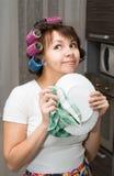 La casalinga pulisce il piatto ed i sogni Fotografia Stock Libera da Diritti