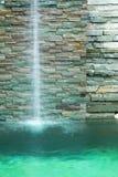 La cascada adorna en la piscina Fotografía de archivo