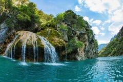 La cascada azul en el barranco Verdon Imágenes de archivo libres de regalías