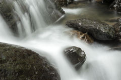 La cascada cae con las rocas Fotos de archivo libres de regalías