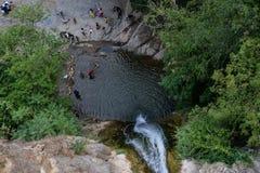 La cascada cae en el primer del lago Imagen de archivo