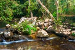 La cascada cae sobre piedra colorida Fotografía de archivo libre de regalías