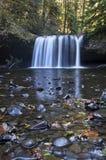 La cascada con cierre para arriba del diverso cauce del río mojado oscila. Fotos de archivo