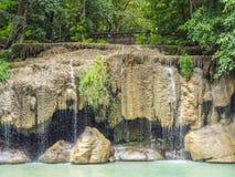 La cascada con las disminuciones de los niveles del agua debido al temperat que se calienta Imagen de archivo