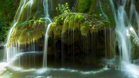 La cascada de Bigar, es paralelo a 45 en Rumania fotos de archivo