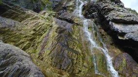 La cascada de Shirlak en rocas en el cielo azul con blanco se nubla el fondo Montañas de Altai metrajes