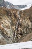 La cascada en las montañas de Austria acerca al glaciar Imagen de archivo libre de regalías