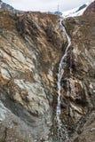 La cascada en las montañas de Austria acerca al glaciar fotografía de archivo