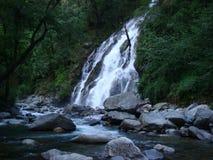 La cascada está cayendo abajo de las colinas Foto de archivo